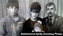 Дзіцячы здымак Тамерлана Царнаева з бацькамі і дзядзькам (справа)