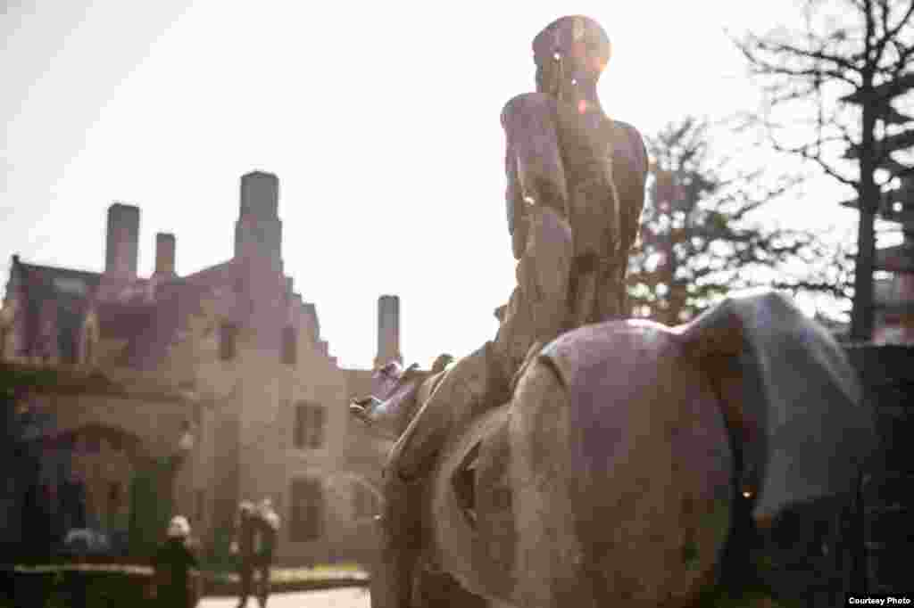 """Над железной композицией """"Четыре всадника Апокалипсиса"""" бельгийский скульптор Рик Поот работал семь лет - очевидно, по числу печатей, снятых Агнцем с Книги Жизни в шестой главе новозаветного Откровения Иоанна Богослова"""