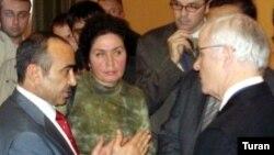 Aydan Uayt Əli Həsənovla fikir mübadiləsi aparır, 19 sentyabr 2007