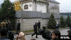 Журналисты у дома Заманбека Нуркадилова, приехавшие на место после известия о его смерти. 13 ноября 2005 года.