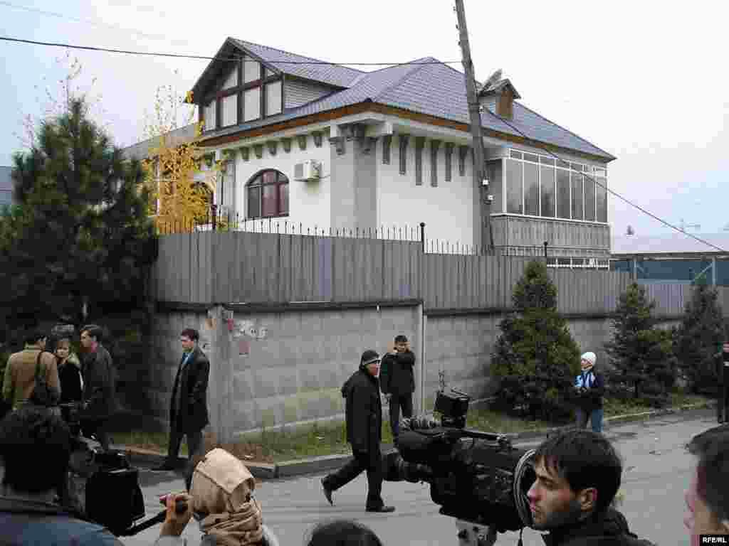 Трагедия произошла в этом доме в Алматы, где Нуркадилов жил под усиленной охраной.