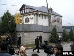 Заманбек Нұрқаділовтің өлімі туралы ақпар тарағанда саясаткердің үйіне келген журналистер. 13 қараша 2005 жыл.
