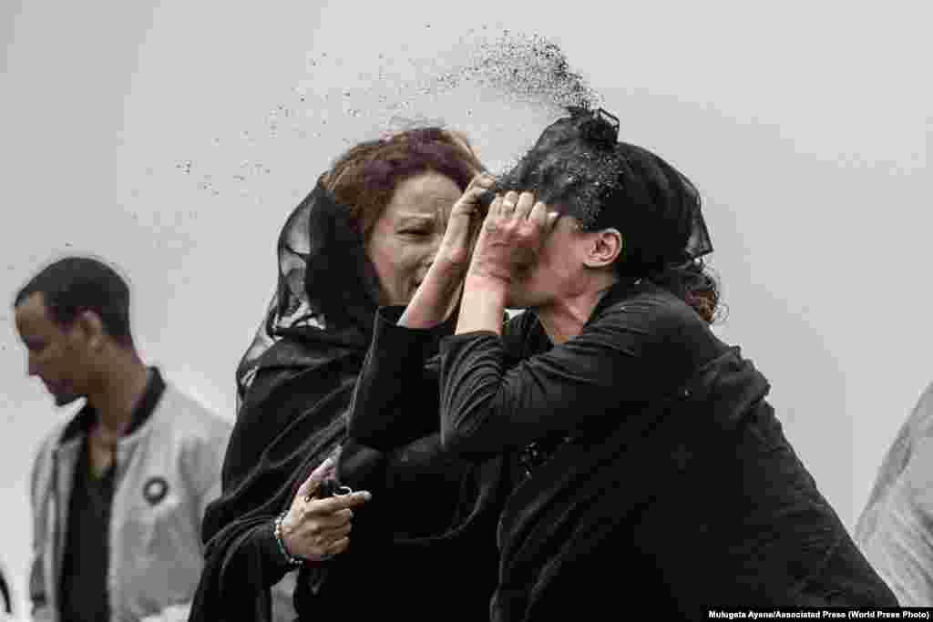 Ефіопська родичка жертви авіакатастрофи кидає бруд у своє власне обличчя, зрозумівши, що від її коханого не залишилося нічого фізичного. Вона сумує на місці аварії, де Boeing 737 Max 8 авіакомпанії Ethiopian Airlines розбився невдовзі після злету. Загинули всі, хто був на борту, 157 людей. Неподалік Бішофту, що на південному сході від Аддіс-Абеби, Ефіопія, 14 березня 2019 року. Перше місце в категорії «Гарячі новини», фотоісторії– Мулугета Айене, Associated Press
