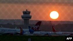Aeroplanat në aeroportin Gatwick të Londrës