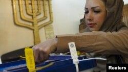 Ирандағы парламент сайлауының алғашқы кезеңінде еврей әйел дауыс беріп тұр. Тегеран, 2 наурыз 2012 жыл.