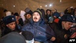 Полиция задерживает участника акции в поддержку братьев Навальных на Манежной площади