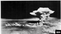 Фотография атомного взрыва над Хиросимой, сделанная с американского бомбардировщика 6 августа 1945 года