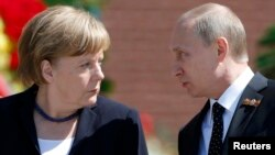 """German Chancellor Angela Merkel (left) said she maintains """"regular contact"""" with Russian President Vladimir Putin for the sake of resolving conflicts like that in Syria."""