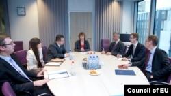 Susret delegacija Kosova i Srbije u vreme postizanja Briselskog sporazuma, 2013. Tadašnji srpski premijer Ivica Dačić i prvi vicepremijer Aleksandar Vučić (levo), tadašnji kosovski premijer Hašim Tači (desno), na čelu stola je nekadašnja šefica evropske diplomatije Ketrin Ešton.