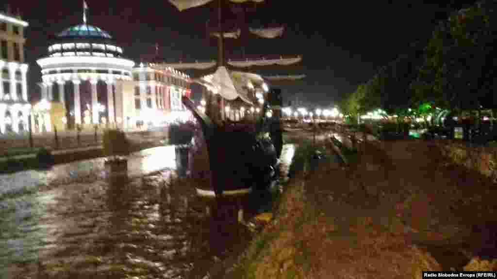 Галијата во реката Вардар при невремето во Скопје.
