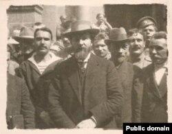 Николай Авксентьев (в центре)