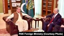 زلمی خلیلزاد نماینده خاص امریکا برای صلح افغانستان حین دیدار با شاه محمود قریشی وزیر خارجه پاکستان در اسلام آباد.