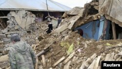 Каракожан айылынын жашоочулары ураган үйлөрдү аралап жүрүшөт, 8-март, 2010-жыл