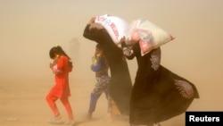 Fallujani tark etayotgan aholi