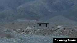 Снесенный дом на спорной территории на границе Кыргызстана и Таджикистана.