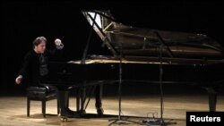 Турецкий пианист Фазыл Сай во время своего выступления.
