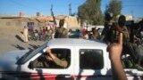 مسلحون يستعرضون في الفلوجة عربات عسكرية غنموها من قوات عراقية - 20 آذار 2014