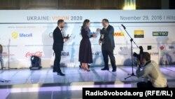 За Наталку Седлецьку, яка перебуває у відрядженні, нагороду «Top 30 Under 30» отримала антикорупційна активістка Тата Пеклун, яка разом із нею стояла біля витоків створення програми «Схеми»