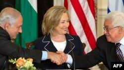 Klinton iki ýolbaşçyny parahatçylyk boýunça geljege tarap möhüm ädim ädýänligi üçin öwdi.