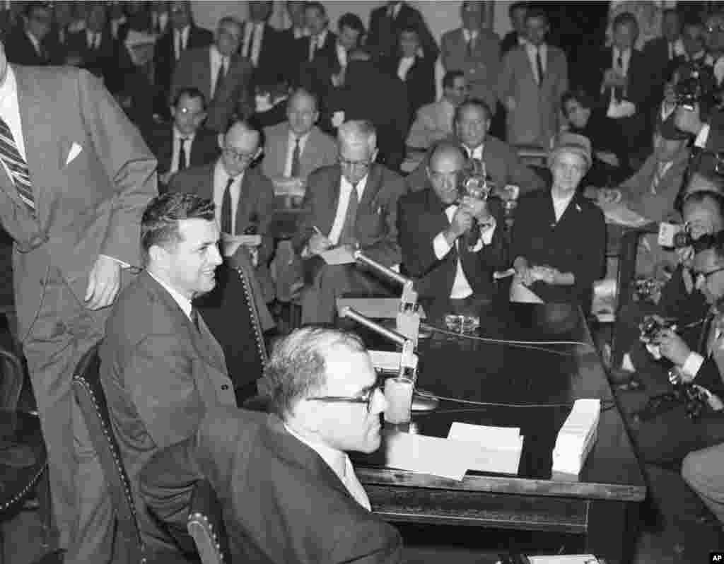 Пауерс (ліворуч) дає свідчення в Сенаті США в Комітеті з питань збройних сил у Вашингтоні 6 березня 1962 року
