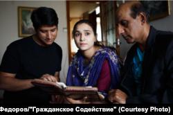 Беженцы из Пакистана Сонил (слева), его жена и отец