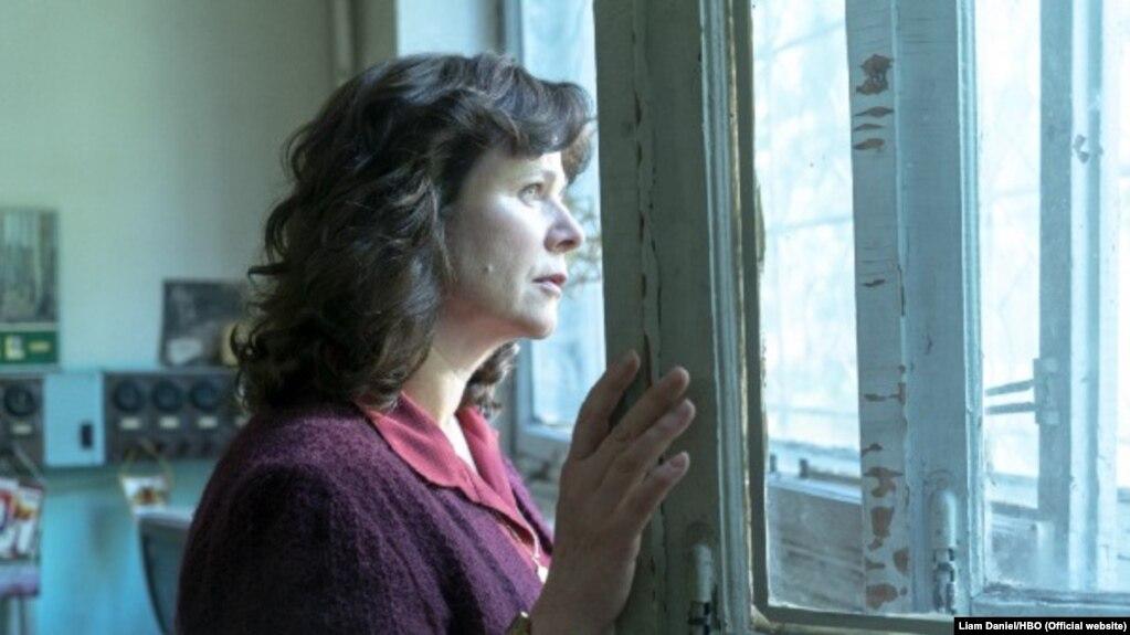 Фрагмэнт сэрыялу HBO «Чарнобыль». На фота — Эмілі Ўотсан у ролі навукоўцы Ульляны Хамюк