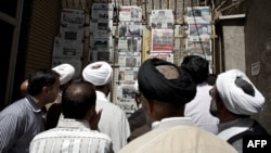 Clergymen read Iranian newspapers at a newsstand in the city of Qom. (file photo)