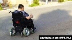 Türkmenistandaky mümkinçiligi çäklendirilen zenanlardan biri.