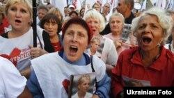 Демонстрація прихильників Тимошенко під будівлею Вищого спецсуду 21 серпня 2012 року