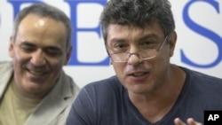 Борис Немцов ва Гарри Каспаров ҳозирда Россия мухолифатининг олди вакиллари ҳисобланади.