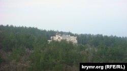 вид на резиденцию патриарха Кирилла из номера на верхнем этаже санатория «Голубая лагуна»