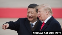 АҚШ президенті Дональд Трамп (оң жақта) пен Қытай президенті Си Цзиньпин.