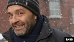 Виктор Шендерович на пороге здания Следственного комитета России. 10 декабря