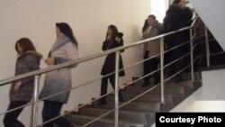 Студенты в одежде спускаются по лестнице. Иллюстративное фото.