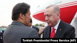عمران خان صدراعظم پاکستان (چپ) حین مصافحه با رجب طیب اردوغان رئیس جمهوری ترکیه. February 13, 2020