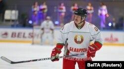 Олександр Лукашенко грає в хокей у Мінську, 4 квітня 2020 року