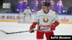 Belarusian strongman Alyaksandr Lukashenka is a keen ice hockey fan. (file photo)