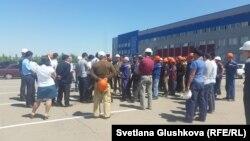 Рабочие компании «Локомотив курастыру зауыты» собрались у главного офиса. Астана, 29 июня 2015 года.
