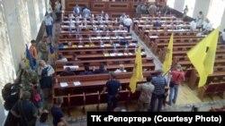 Мітингувальники в приміщенні Одеської обласної ради.