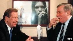 Саясий санаалаштар. Чехиянын жана Полшанын мурдагы президенттери Вацлав Гавел (солдо) менен Лех Валенса Варшавадагы пабдардын биринде.10-март 1998-жыл.