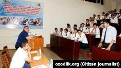 Министр высшего и среднего специального образования Узбекистана Иномжон Мажидов на встрече со студентами Каршинского инженерно-экономического института.