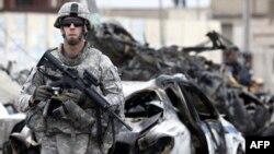 جندي أميركي في موقع إنفجار منطقة القاهرة