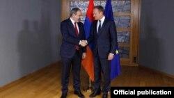 Премьер-министр Армении Никол Пашинян (слева) и председатель Европейского совета Дональд Туск, Брюссель, 5 марта 2019 г.