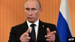 Ресей президенті Владимир Путин баспасөз мәслихатын өткізіп тұр. Франция, 6 маусым 2014 жыл.
