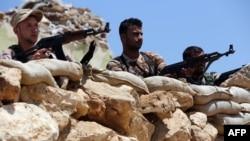 """Ирак күрдтерінің """"Пешмерга"""" отрядының сарбаздары исламшыл содырлармен ұрыс кезінде. Ирак, Мосул, 12 тамыз 2014 жыл."""