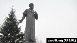 Памятник Алишеру Навои в Москве.
