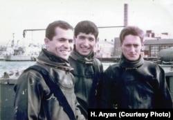 حسین آرین (وسط) در آموزشگاه غواصی نیروی دریایی بریتانیا در پورتموث