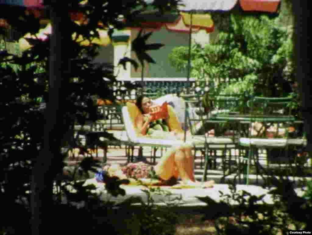 زنی در کنار استخر، صحنه ای از فیلم مستند پیش از انقلاب