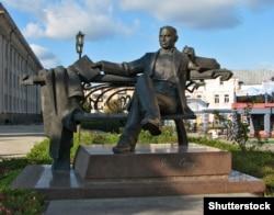 Пам'ятник письменнику Уласу Самчуку на Театральному майдані в місті Рівному
