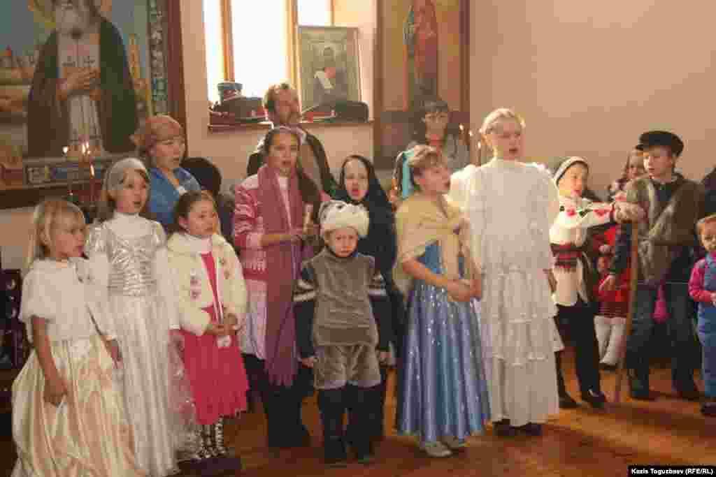 Дети участвуют в рождественском спектакле.Алматы, 7 января 2013 года.